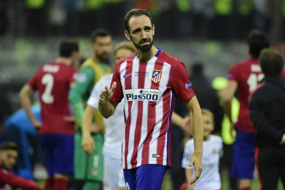 Juanfran pasó de la alegría de haber conseguido el empate a la amargura de haber fallado el último penal para el Atlético de Madrid. (Foto: AFP)