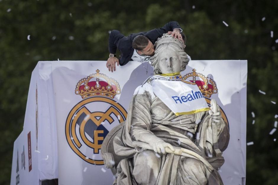 Sergio Ramos besa a la estatua de la diosa Cibeles al llegar a la plaza. (Foto: AFP)