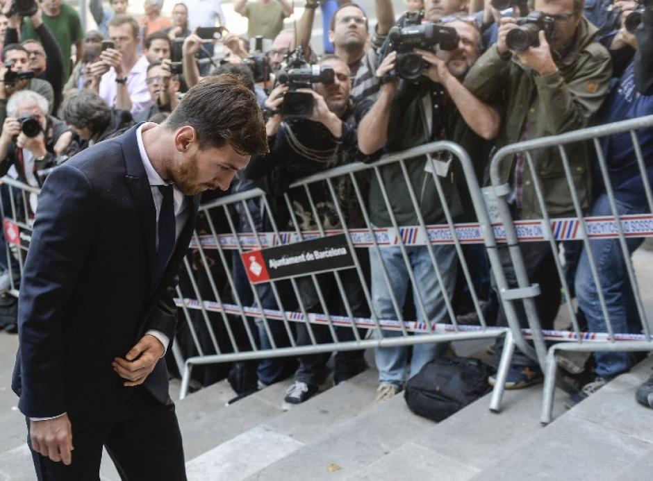 Messi fue abucheado a su llegada al juzgado de Barcelona. (Foto: AFP)
