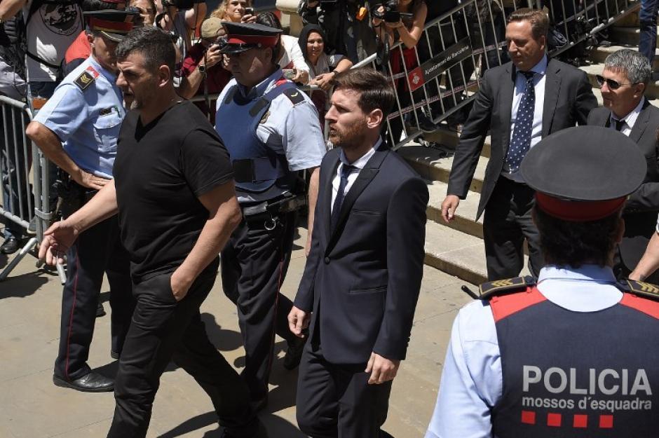 Lionel Messi llegó al juzgado de Barcelona acompañado de su padre y su hermano. (Foto: AFP)