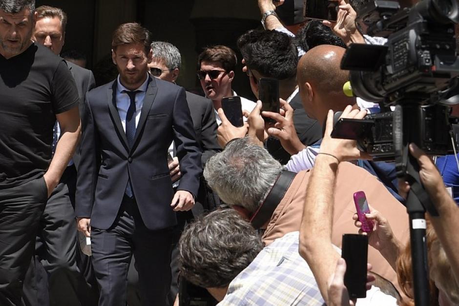 Decenas de periodistas esperaban la llegada del astro argentino. (Foto: AFP)