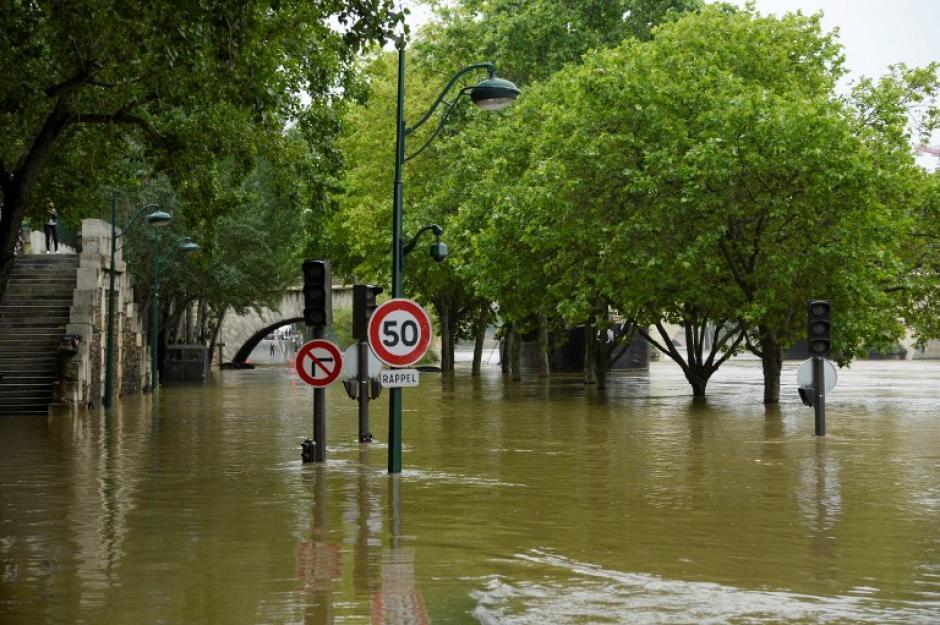 Una fotografía muestra los bancos inundados por el río Sena en París, las lluvias torrenciales han azotado partes del norte de Europa. (Foto: AFP)