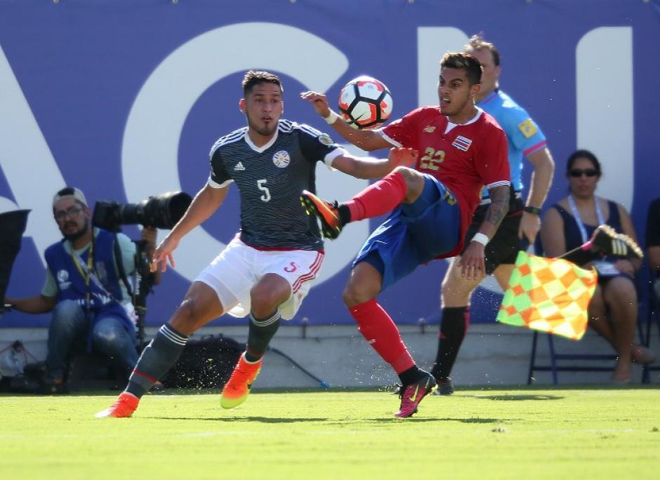 Bruno Valdez y Ronald Matarrita pelean por el balón, (Foto: AFP)