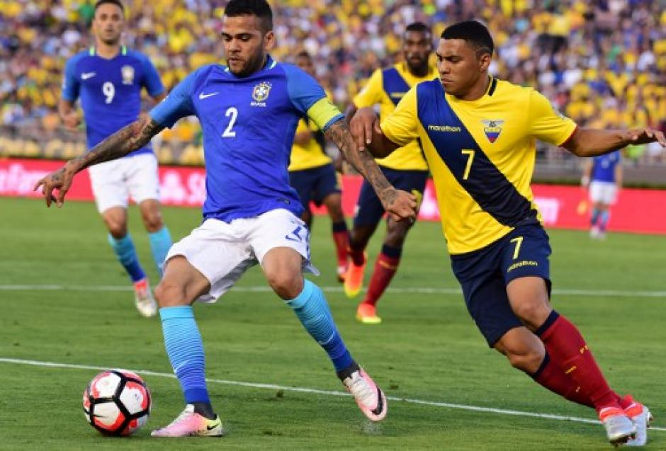 Dani Alves comandó el ataque de Brasil por la banda derecha, frente a Ecuador. (Foto: AFP)