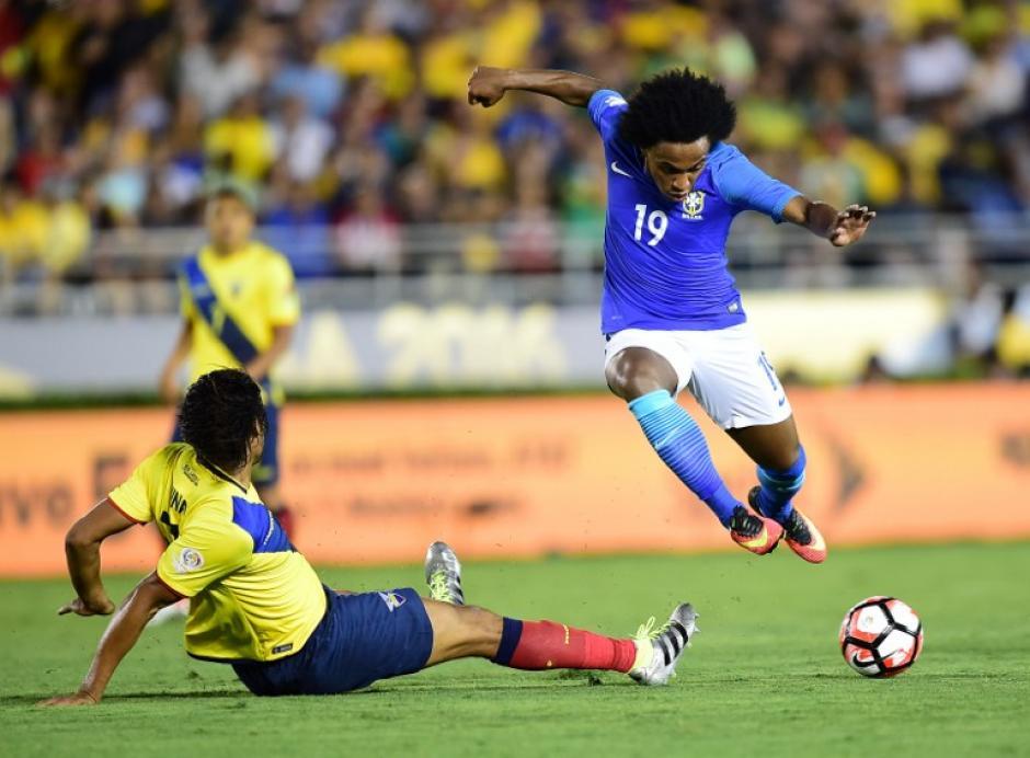 Willian estuvo movedizo durante el primer tiempo de Brasil-Ecuador. (Foto: AFP)