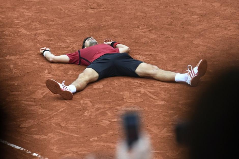 La celebración y desahogo de Novak Djokovic tras entrar en la historia del tenis mundial. (Foto: AFP)