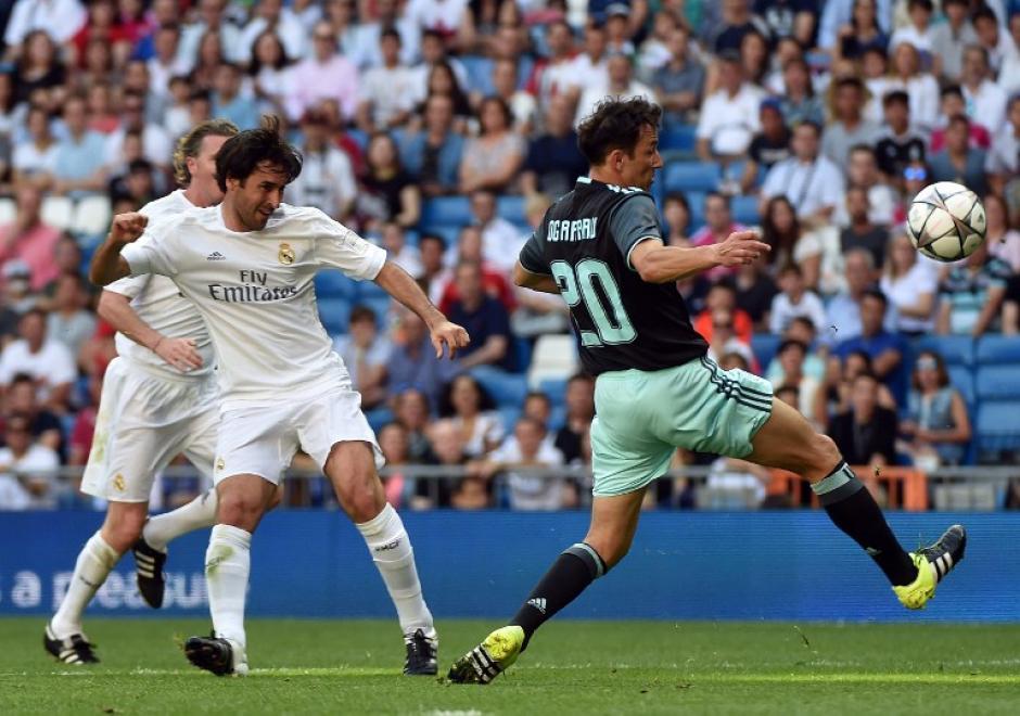 El partido fue todo un éxito y jugadores como Raúl se mostraron emocionados de volver a pisar el césped del Bernabéu. (Foto: AFP)