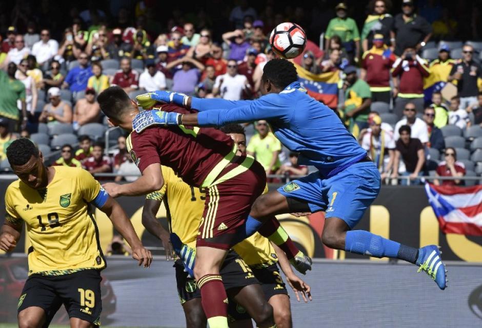 Entretenido partido protagonizaron venezolanos y jamaicanos. (Foto: AFP)