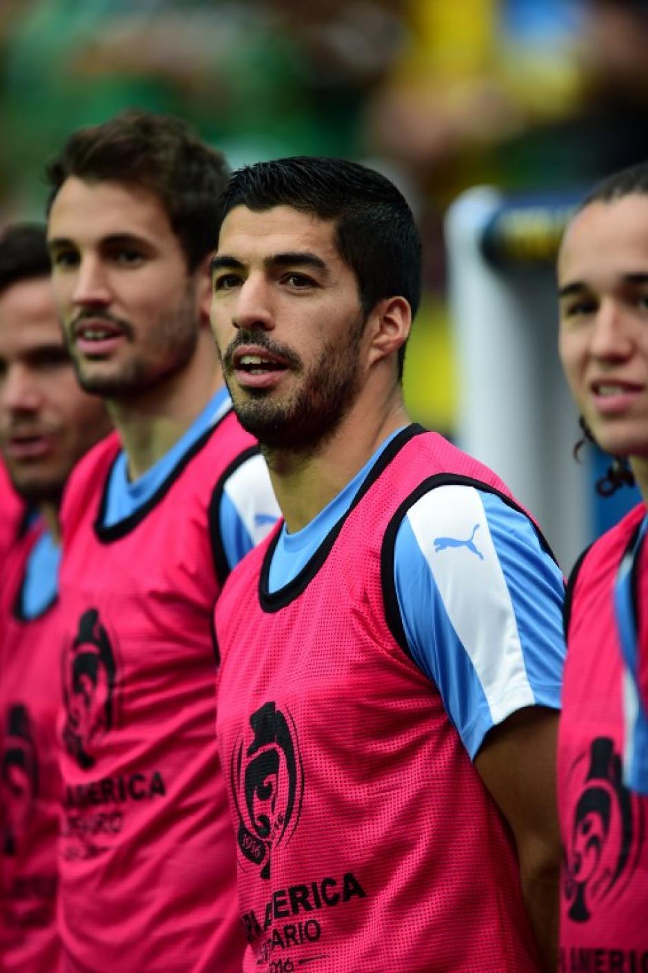 Por precaución, Luis Suárez vio el partido desde el banquillo. (Foto: AFP)