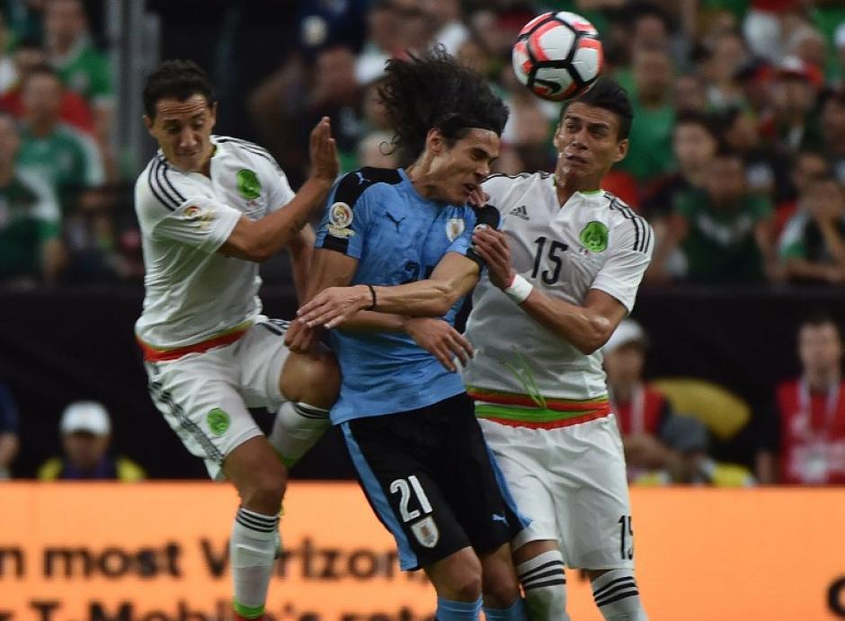 Cavani fue bien marcado por la zaga mexicana, no pesó en la ofensiva. (Foto: AFP)