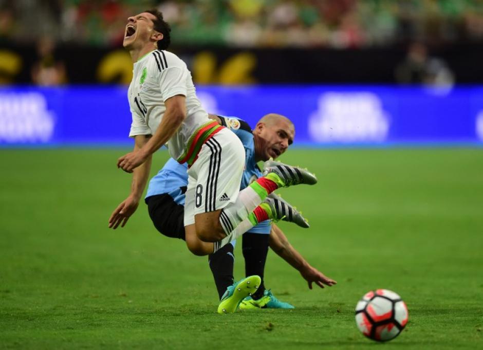 Por momentos el duelo se tornó brusco. Ambos terminaron con diez jugadores sobre la cancha. (Foto: AFP)