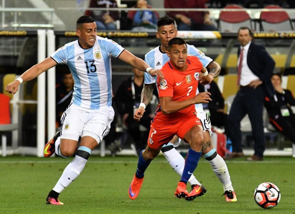 Argentina y Chile protagonizaron uno de los mejores partidos de la Copa América. (Foto: AFP)