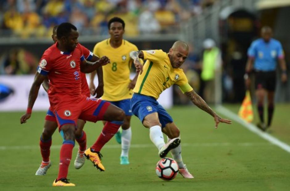 Dani Alves fue el dueño de la banda derecha de Brasil. (Foto: AFP)