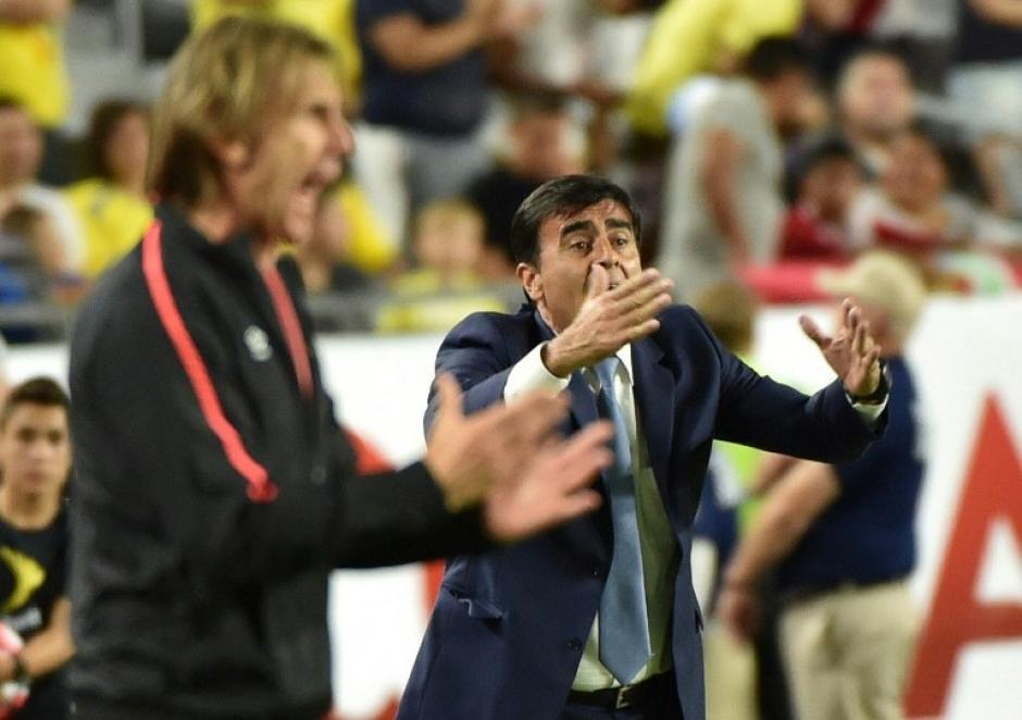 Duelo de técnicos: Ricardo Gareca y Quinteros vivieron el partido de forma intensa. (Foto: AFP)