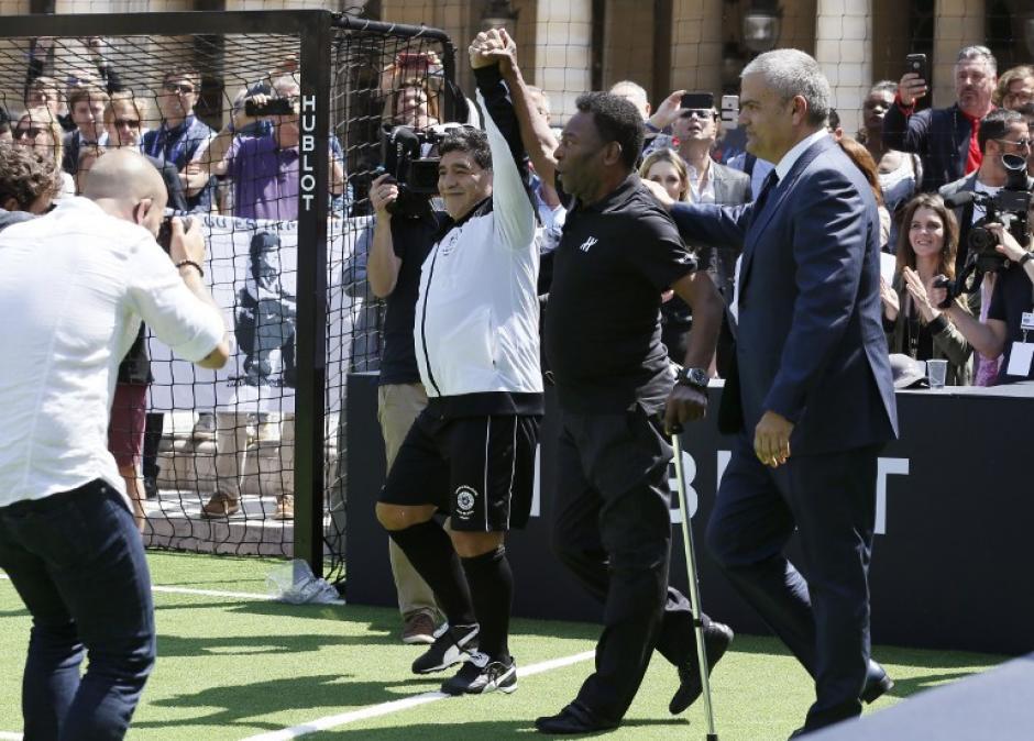 Pelé caminó apoyado por un bastón. (Foto: AFP)