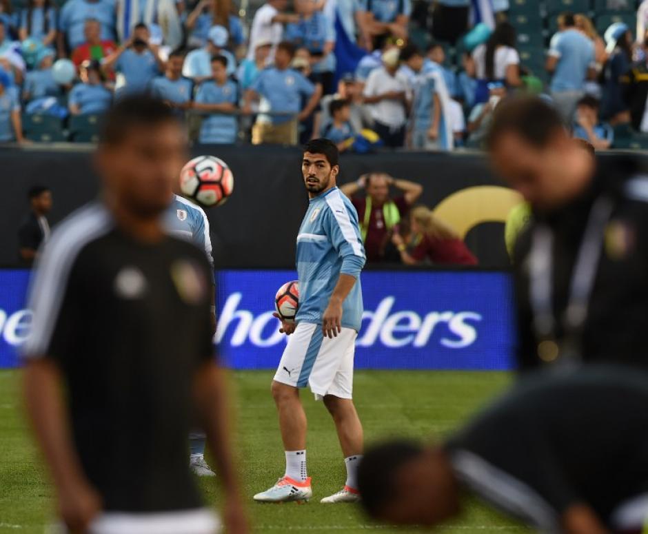 Suárez, antes del partido, tocó el balón. (Foto: Don Emmert/AFP)