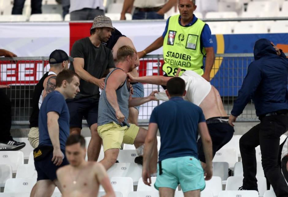 En los graderíos hubo algunos conatos de bronca, la policía tuvo que intervenir. (Foto: AFP)