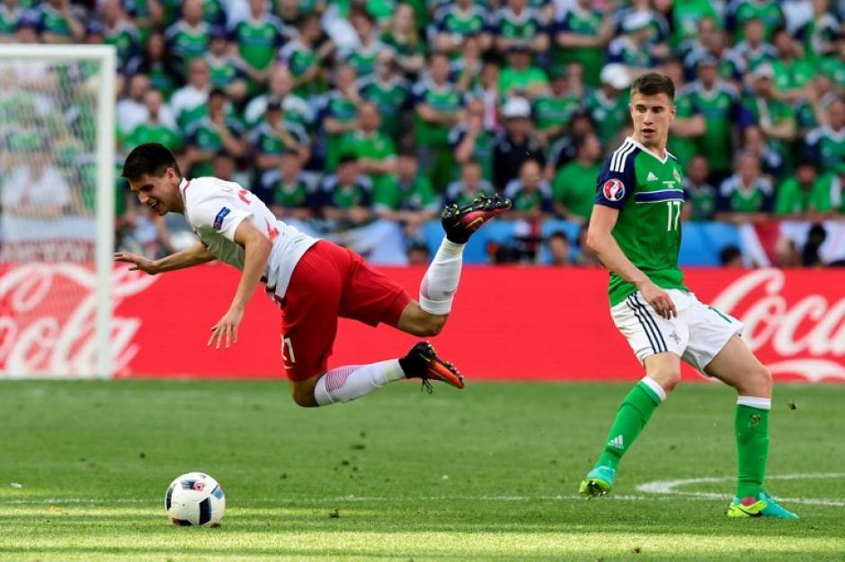 Por momentos el duelo entre polacos e irlandeses se tornó brusco. (Foto: AFP)