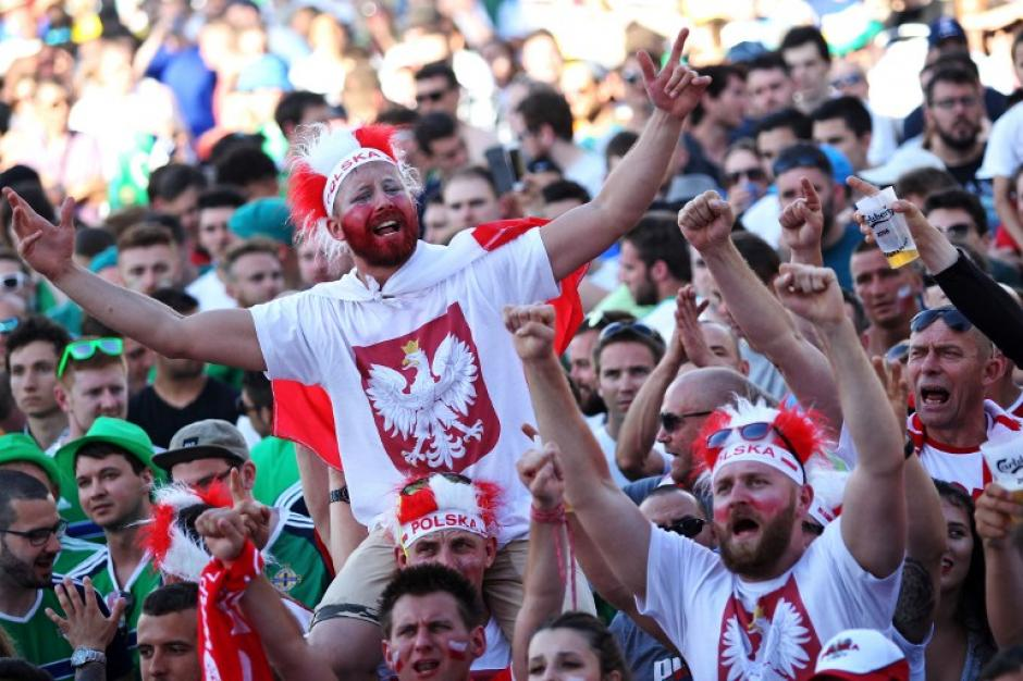 La afición disfruta en los graderíos con sus equipos favoritos de la Euro. (Foto: AFP)