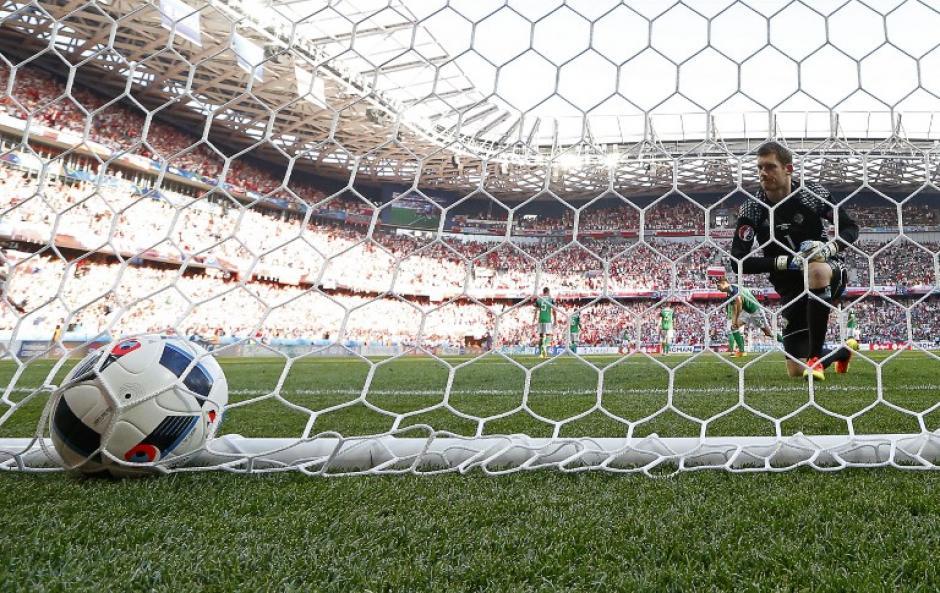 Milik anotó el único gol del partido, el guardameta de Irlanda ve pasar el balón. (Foto: AFP)