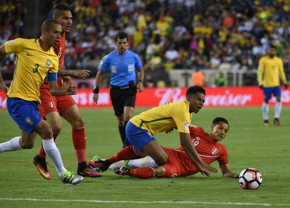 Tropezón histórico de Brasil que quedó afuera en la primera ronda de la Copa América. (Foto: AFP)