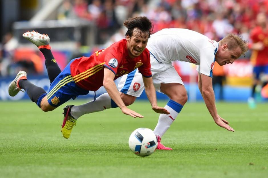 Peleado partido entre checos y españoles, se definió sobre la hora. (Foto: AFP)
