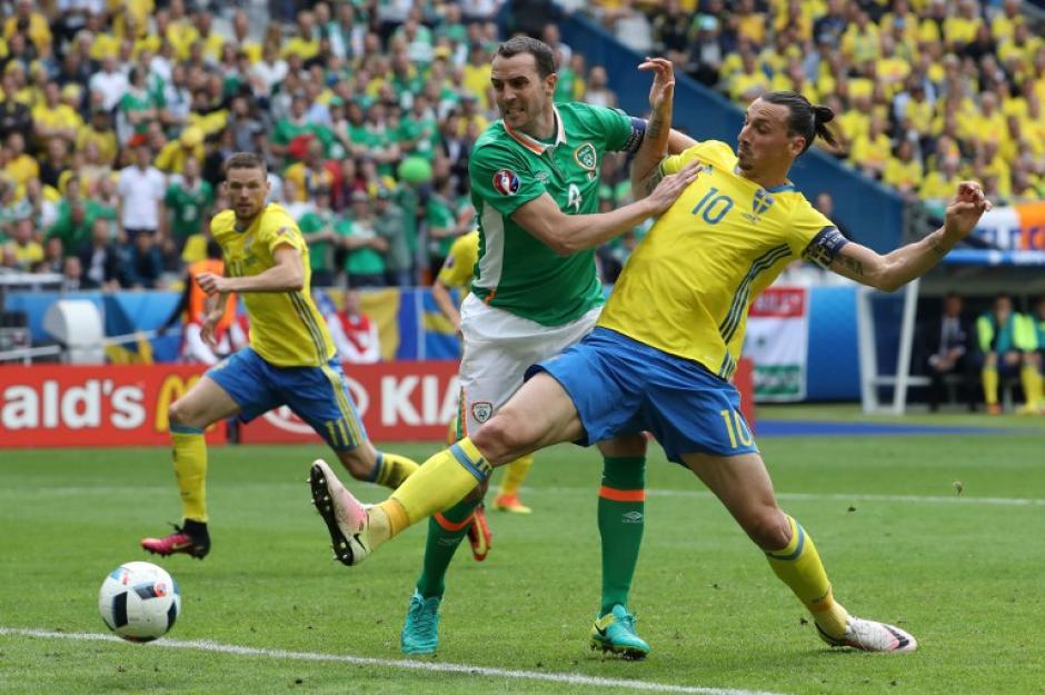 Zlatan Ibrahimovic intentó pesar durante todo el partido en el ataque de Suecia. (Foto: AFP)