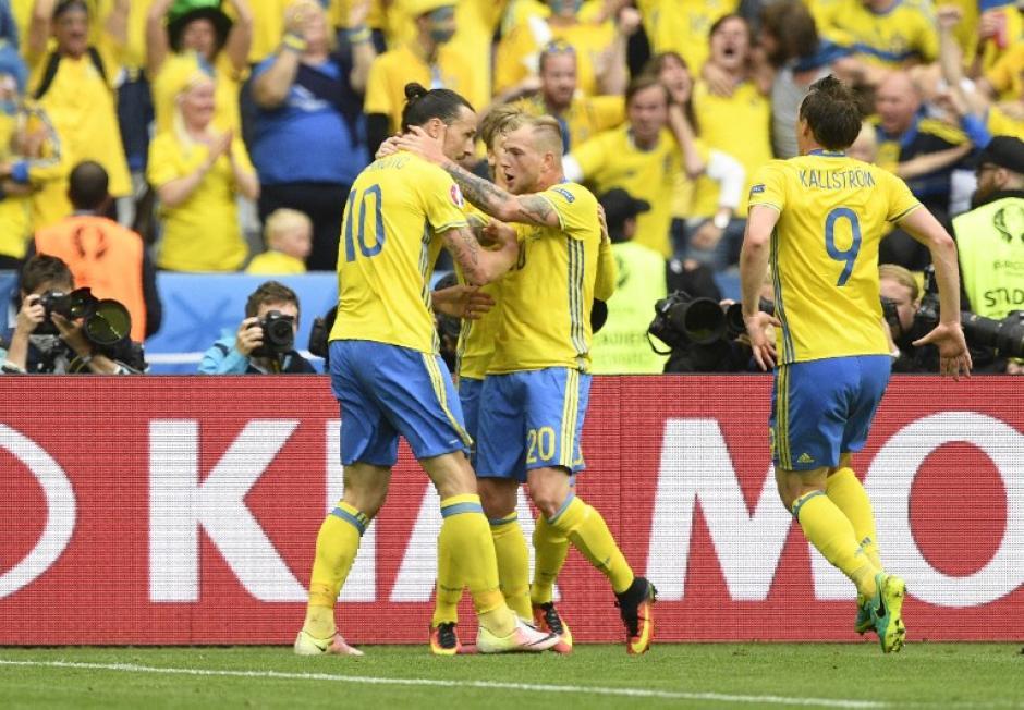Suecia empató con un desafortunado autogol del irlandés Clark. (Foto: AFP)