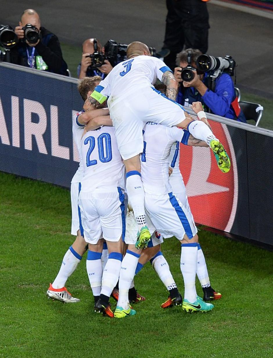 Así celebró Eslovaquia el segundo gol ante los rusos. (Foto: AFP)