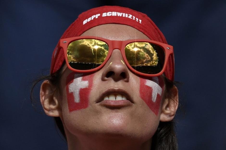 Una seguidora de Suiza muestra el singular atardecer antes del partido de su selección frente a Rumania en la Eurocopa. (Foto: AFP/PHILIPPE LOPEZ