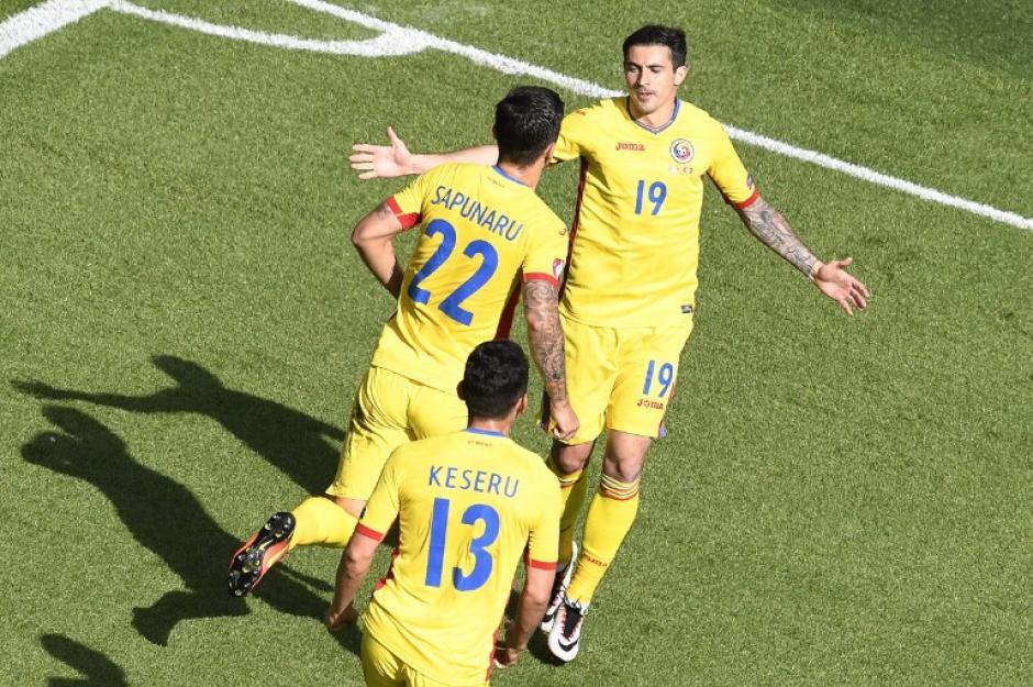 Stancu puso el primero de Rumania en el minuto 18. (Foto: AFP)