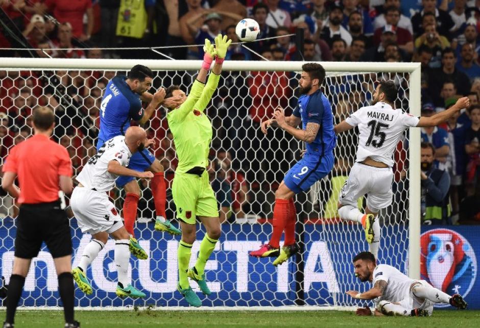 Duelo de porteros; ambos tuvieron una notable actuación en el juego entre Francia y Albania. (Foto: AFP)