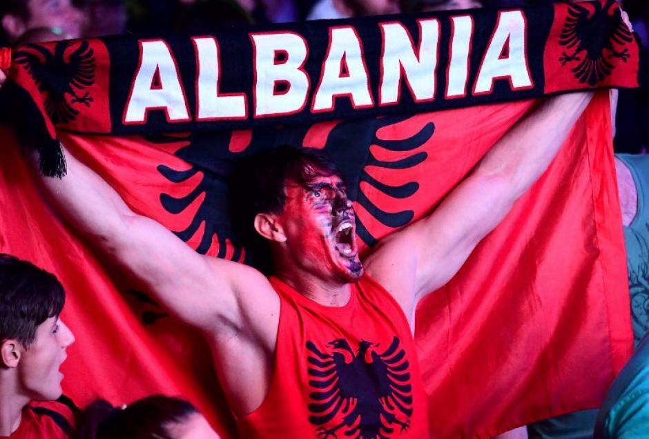 Los aficionados muestran todo el amor a su selección, como este de Albania el 15 de junio en la Eurocopa. (Foto AFP/ATTILA KISBENEDEK)