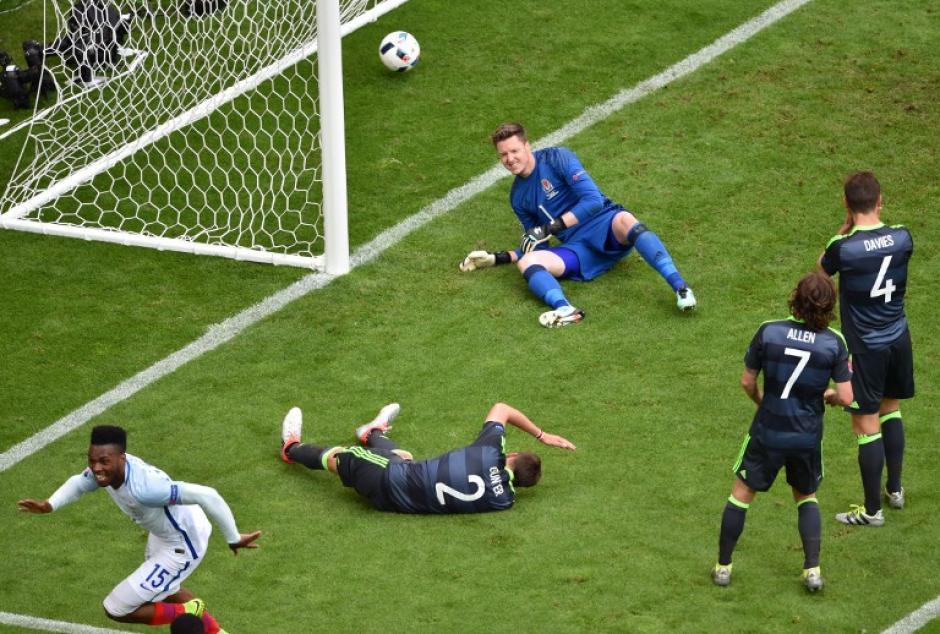 El gol de Sturridge llegó luego de una confusa jugada dentro del área de Gales. (Foto: AFP)