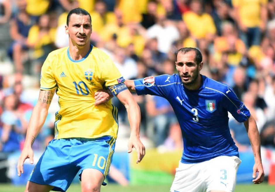 Zlatan fue cubierto por Chiellini durante todo el encuentro. (Foto: AFP)
