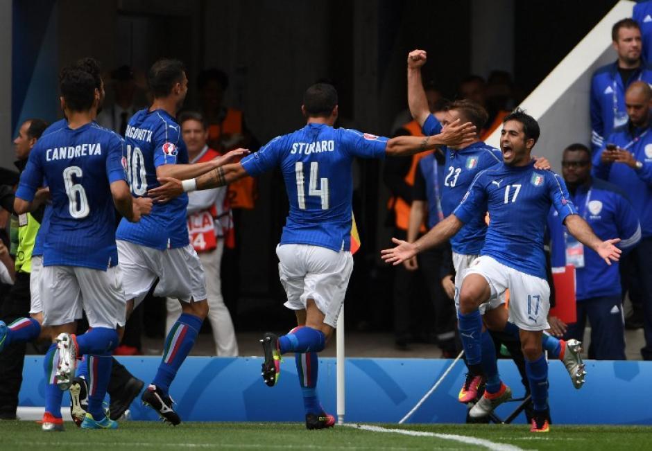 Citadin Martins celebra el gol con sus compañeros durante el juego ante Suecia. (Foto: AFP)