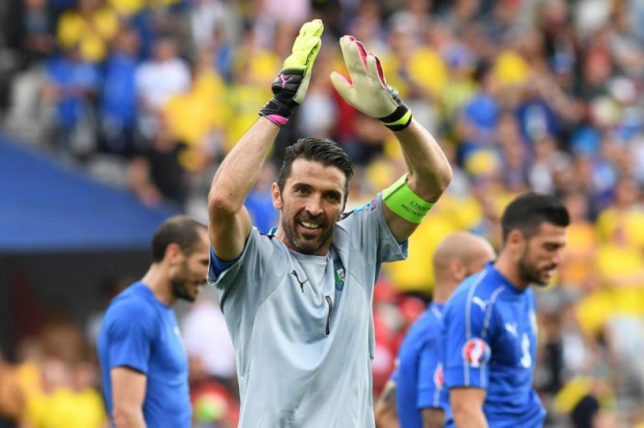 Buffon e Italia clasificaron a octavos de final de la Euro. (Foto: AFP)