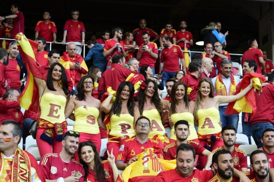 Un grupo de aficionadas animaron a su selección que se enfrentó a Turkia. (Foto AFP/TOBIAS SCHWARZ)