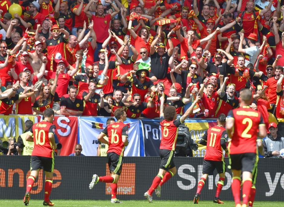 Los belgas festejaron, en la última jornada pelearán por el boleto a la segunda ronda ante Suecia en la última fecha. (Foto: AFP)