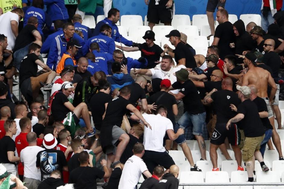 Aficionados húngaros provocaron conatos de bronca previo al juego ante Islandia. (Foto: AFP)