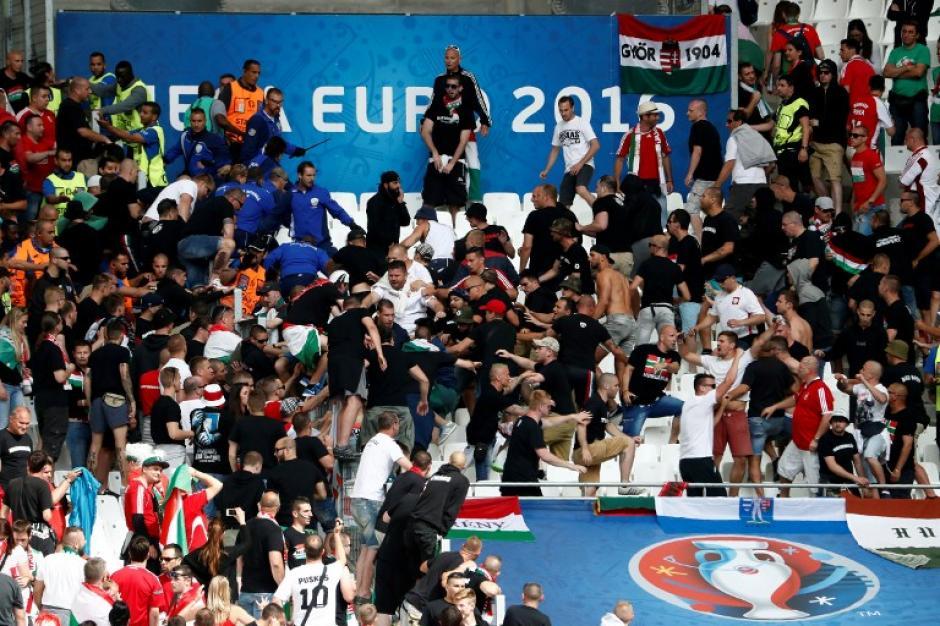 Nuevamente otro episodio de violencia en los graderíos de un partido de la Euro. (Foto: AFP)