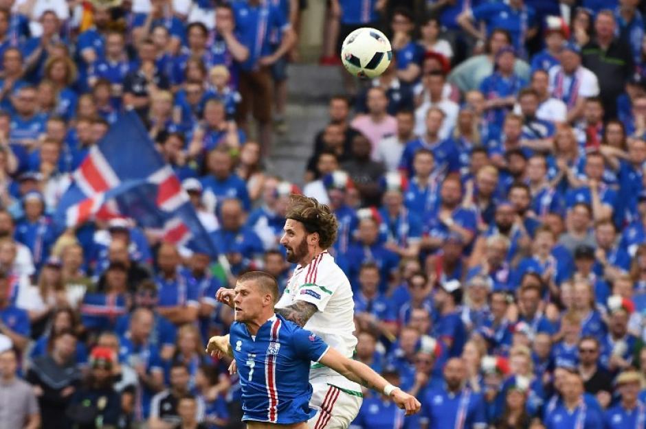 Peleado duelo entre Islandia y Hungría. (Foto: AFP)