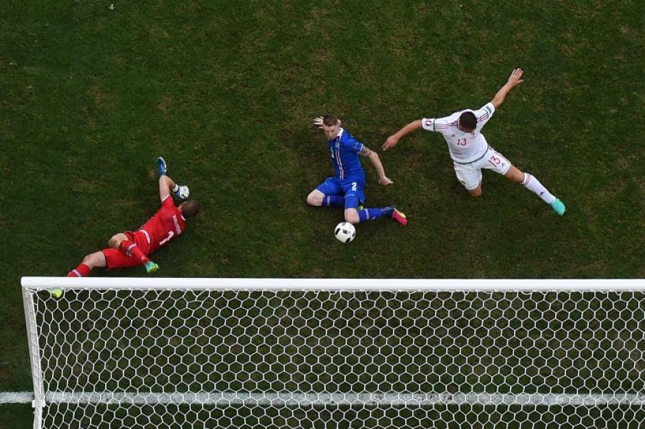Un autogol sobre la hora de Saevarsson le dio el empate a Hungría. (Foto: AFP)