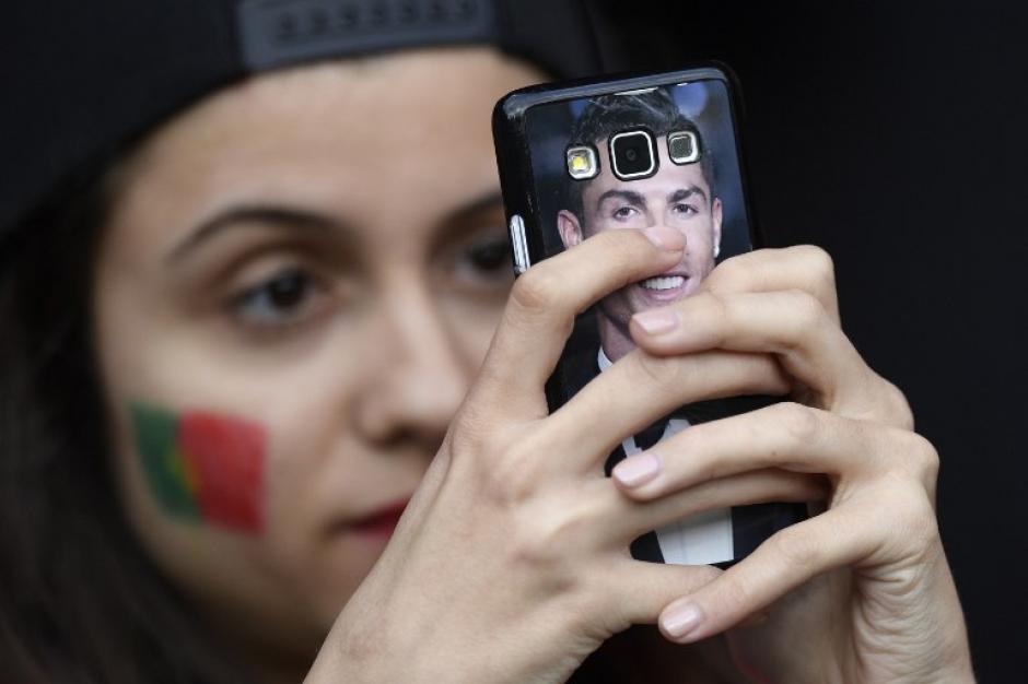 CR7 hasta en el teléfono, así la admiración de los portugueses por su figura. (Foto: AFP)