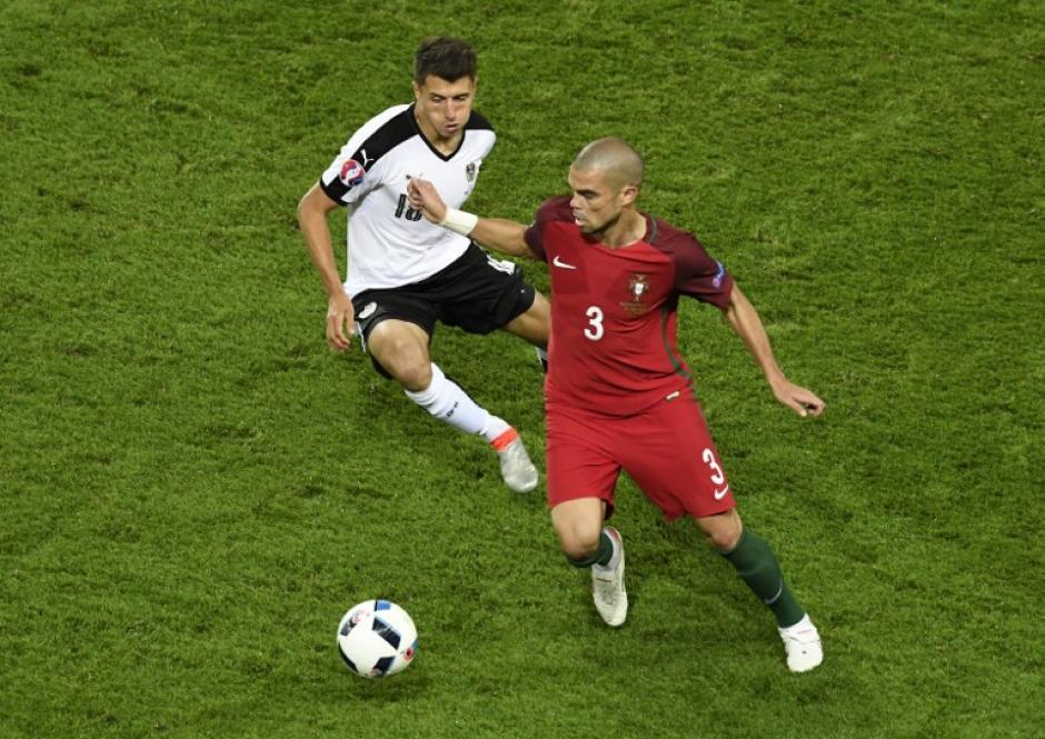 Pepe tuvo algunos problemas en la zaga lusa. (Foto: AFP)