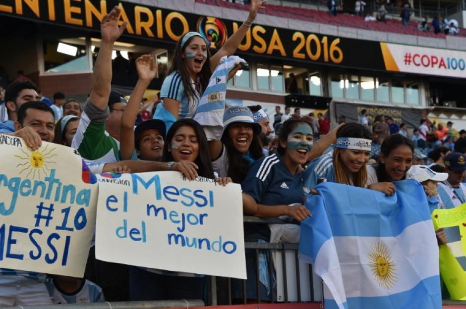 Las pancartas dedicadas a Messi en los graderíos. Argentina buscará ganar la Copa América. (Foto: AFP)