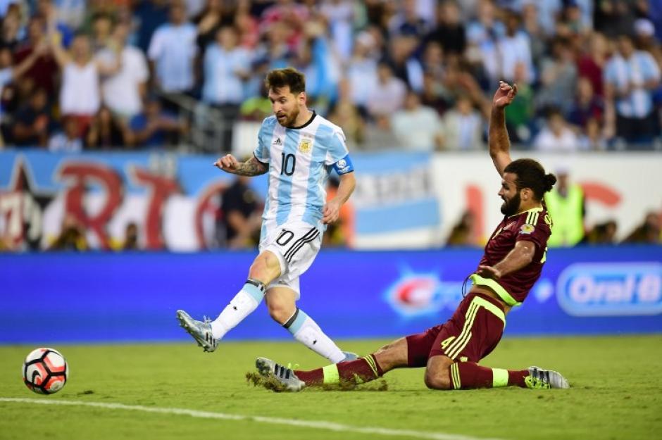 Messi anotó el tercero de Argentina e hizo la primera asistencia ante los venezolanos. (Foto: AFP)
