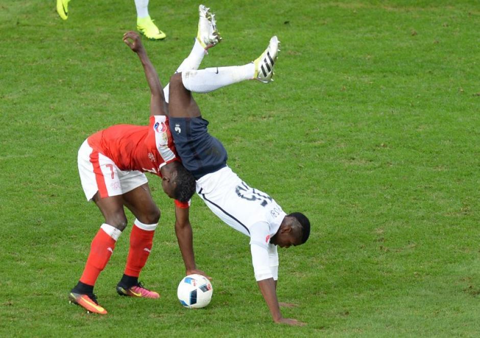 Duelo parejo entre suizos y franceses en el cierre de la fase de grupos. (Foto: AFP)