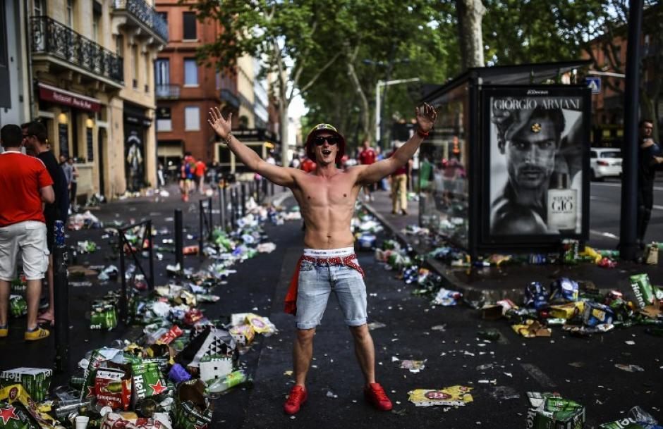 Esta fotografía deja claro cuál suele ser el consumo durante una cita en la Eurocopa. (Foto: AFP/BULENT KILIC)