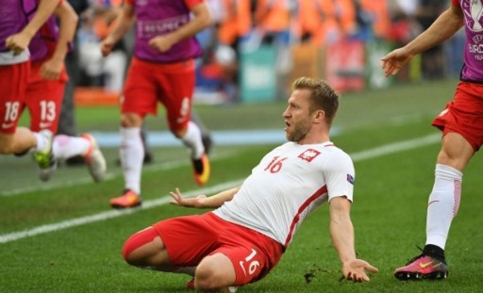 Blaszczykowski celebra junto a sus compañeros el 1-0 definitivo. (Foto: AFP)